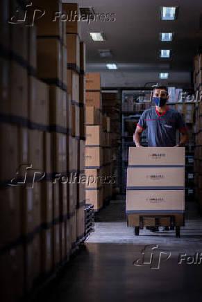Funcionário cuida da expedição de produtos da empresa para clientes