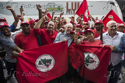 O ex-presidente Lula  participa de evento com alunos do IFES