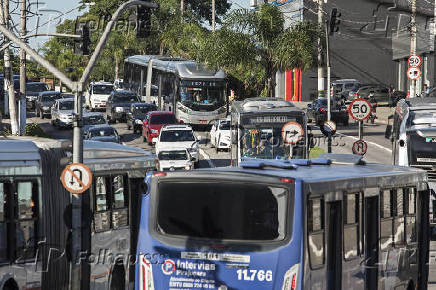 Ônibus trafegam na avenida Professor Francisco Morato, em SP