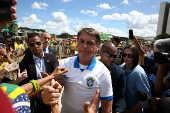 Bolsonaro cumprimenta apoiadores em protesto que critica o Congresso e o STF