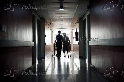 Paciente caminha em hospital da Unimed em Belo Horizonte (MG)
