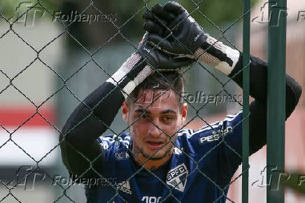 Goleiro Jean, do São Paulo, durante treino