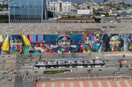 Vista de drone do VLT veículo leve sobre trilhos no Boulevard Orla Prefeito Luiz Paulo Conde