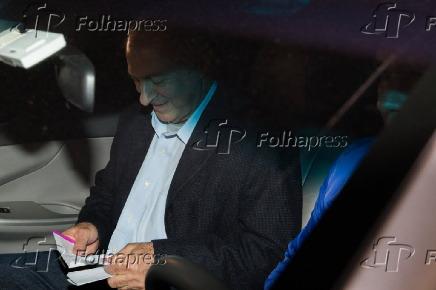 Paulo Bernardo deixa a sede da Polícia Federal (PF)