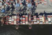 Vista aérea de cargueiro carregado no Tecon Santos