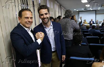 João Doria, candidato ao governo de SP, cumprimenta Eduardo Leite, candidato ao governo do RS