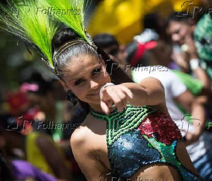 Atriz Paloma Bernardi durante o desfile do bloco da Favorita