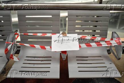Cadeiras são isoladas no metrô na Itália
