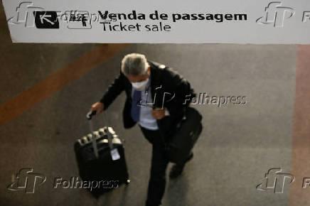 Passageiros usam máscara no aeroporto de Brasília (DF)