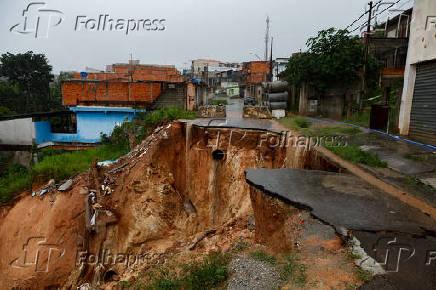Cratera de dois anos em rua no Jardim Silvia, em Francisco Morato (SP)