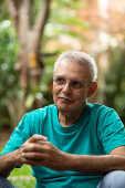 O escritor e jornalista Gilberto Dimenstein, no jardim de sua casa, em SP