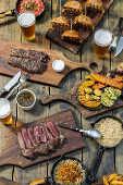 Mesa com churrasco, cerveja e outras alimentações na churrascaria Quintal DeBetti