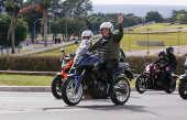 Jair Bolsonaro durante passeio de motocicleta