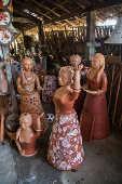 Loja de cerâmica artesanal no distrito de Maragogipinho