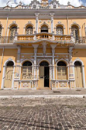 Fachada do Fórum instalado em casarão do século XVIII, em Nazaré