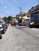 Funcionários da prefeitura de SP fazem o recapeamento de rua na Freguesia do Ó (SP)