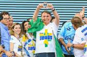 Bolsonaro, ao lado da bispa Sonia Hernandes (esq.), na Marcha para Jesus 2019