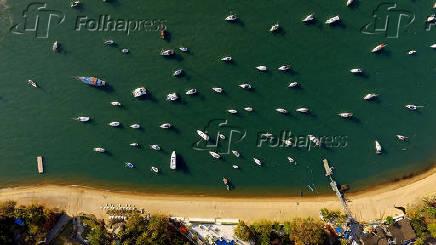 Vista aérea com drone do Yatch Club, em Ilhabela no litoral norte de São Paulo