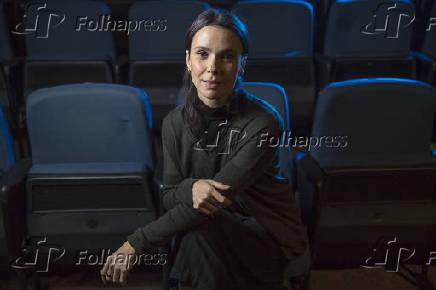 A atriz Débora Falabella na plateia do Teatro Anchieta, no Sesc Consolação, em SP