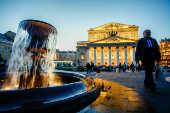 Movimentação em frente ao edifício do Teatro Bolshoi