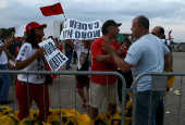 Manifestantes pró-Lula e pró-Lava Jato discutem na praça dos Três Poderes