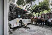 Ônibus invade agência bancária no Rio