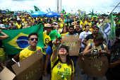 Apoiadores de Bolsonaro se vestem de 'caixa dois' em Brasília
