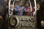 Apoiadores de sigla criada por Bolsonaro posam com peça com o logotipo do partido