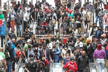 Movimento intenso de passageiros na CPTM, em São Paulo (SP)