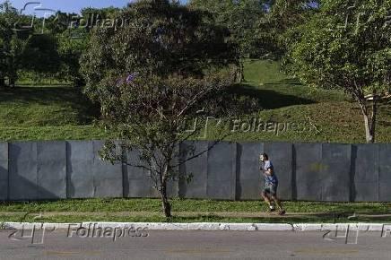 Praça do Pôr do Sol, na zona oeste de SP, cercada por tapumes