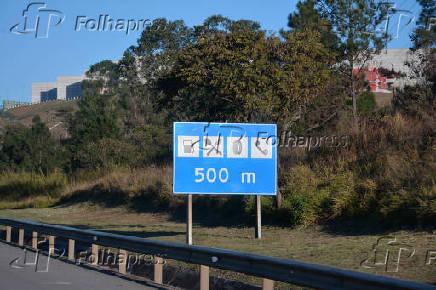 Placa indicando posto de gasolina, restaurante, borracharia/oficina e telefone a 500 m, na rodovia Presidente Castelo Branco