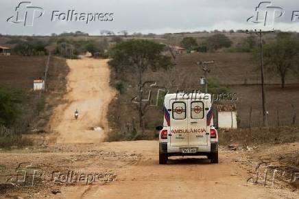 Ambulância leva paciente do povoado de Tingui ao posto de saúde mais próximo
