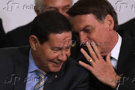 Bolsonaro (dir.) e Mourão na cerimônia de 300 dias de governo