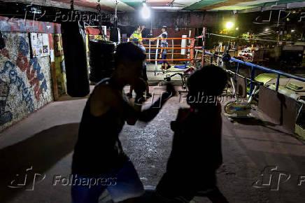 Lutadores treinam em academia debaixo de viaduto, em Perus (SP)