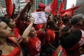 Integrantes do MTST pedem saída de Michel Temer em São Paulo