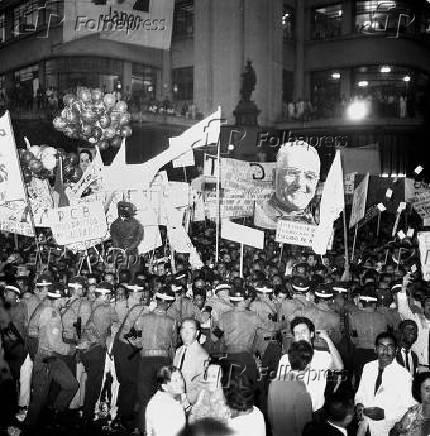 Multidão presente ao Comício da Central do Brasil