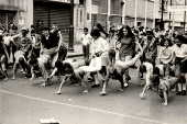 Crianças brincam na rua do Carmo, um