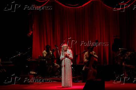 A cantora Maria Bethânia durante a estreia de seu show 'Claros Breus'
