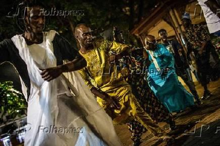 Senegaleses em ritual de vertente do islamismo na praça da República