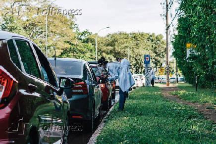 Idosos recebem vacina contra a Covid-19 em Brasília