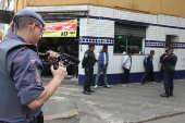 Policiais abordam suspeitos na cracolândia, na região central em São Paulo