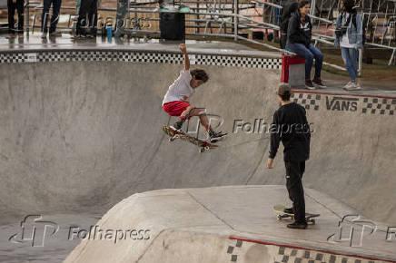 Adolescentes andam de skate no parque Cândido Portinari