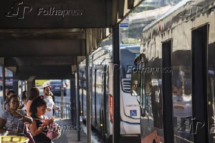 Ônibus cruzam Parada Vital Brasil na avenida Professor Francisco Morato, em SP