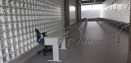 Área dedicada ao bicicletário na estação Santa Cruz da linha 5-lilás do metrô, sem uso