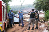 Bombeiros e policiais em local atingido pela tragédia em Brumadinho (MG)
