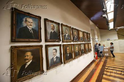 Retratos de ex-governadores no salão que presta homenagens aos políticos da Bahia, no Palácio Rio Branco