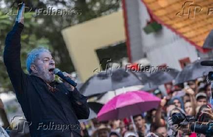 Lula em ato com integrantes do MST