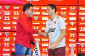 Ricardo Rocha apresenta Anderson Martins após  treino do São Paulo