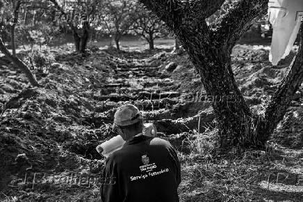 Funcionário conta covas no cemitério São Luiz (SP)