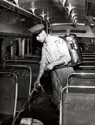 Funcionário com pulverizador, durante desinfecção dos ônibus em São Paulo (1957)